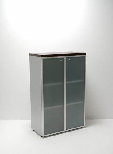 Houten kast met glazen deuren 131x86cm - Archiefkasten-shop.nl